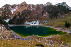 Lago Walopsee na área de montanha de Boltigen, Suíça foto de stock