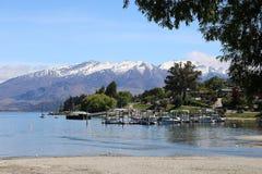 Lago Wanaka, barche, montagne, neve, isola del sud fotografie stock