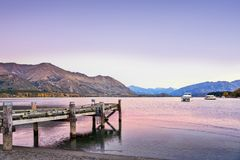 Lago Wanaka, Otago, Nova Zelândia no outono, antes do alvorecer foto de stock