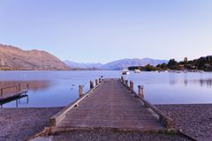 Lago Wanaka, Otago, Nuova Zelanda in autunno, prima dell'alba fotografie stock libere da diritti