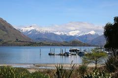 Lago Wanaka, Otago, NZ con le barche e le montagne immagini stock