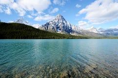 Lago waterfowl na mola, canadense Montanhas Rochosas, Canadá Imagem de Stock