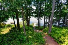 Lago waterfront con il piccolo pilastro Vista dal balcone immagine stock