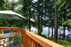 Lago waterfront con il piccolo pilastro Vista dal balcone immagine stock libera da diritti