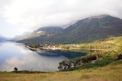 Lago Waterton pela vila Foto de Stock Royalty Free