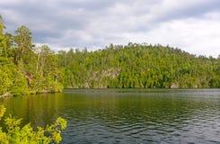 Lago wilderness en un día de verano Foto de archivo