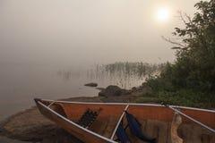 Lago wilderness por una mañana de niebla del verano Fotos de archivo