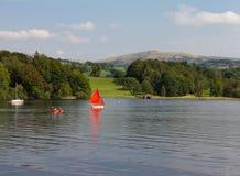 Lago Windermere, Cumbria, Regno Unito della barca a vela, della canoa e sailboat n Fotografie Stock Libere da Diritti