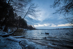 Lago winter após a água de gelo do por do sol Foto de Stock