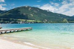 Lago Wolfgangsee con acque del turchese in Austria Fotografie Stock Libere da Diritti