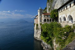 Lago & x28; lago& x29; Maggiore, Itália Monastério de Santa Caterina del Sasso Imagem de Stock Royalty Free