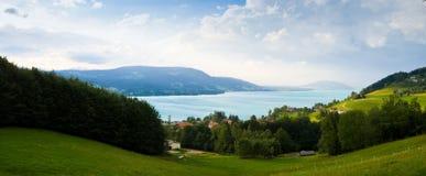 Lago y aldea alpestres Foto de archivo libre de regalías