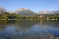 Lago y altas montañas de Tatras Imagenes de archivo