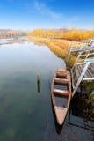 Lago y barco autumn Fotos de archivo libres de regalías