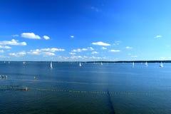 Lago y barcos de vela Fotos de archivo libres de regalías
