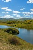 lago y bosque de la montaña en el otoño Foto de archivo libre de regalías
