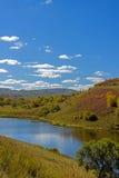 lago y bosque de la montaña en el otoño Fotos de archivo