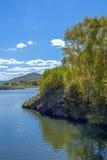 lago y bosque de la montaña en el otoño Foto de archivo