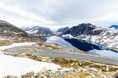 Lago y camino Djupvatnet a la montaña Noruega de Dalsnibba Imagen de archivo
