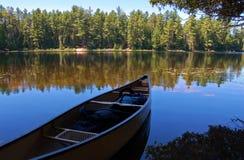 Lago y canoa Foto de archivo libre de regalías