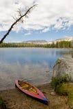 Lago y canoa nevada Wrights imagen de archivo libre de regalías