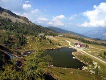 Lago y casa de campo Predalago en el verano, un lugar encantador cerca del mA Fotos de archivo libres de regalías