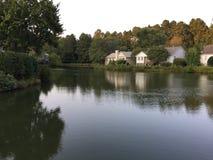 Lago y casas Foto de archivo libre de regalías