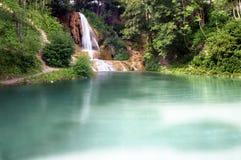 Lago y cascada imágenes de archivo libres de regalías