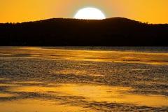 Lago y cielo amarillos de la puesta del sol Imagen de archivo libre de regalías