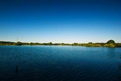 Lago y cielo azul Fotografía de archivo libre de regalías