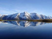 Lago y cielo azules imagen de archivo libre de regalías