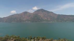 Lago y cielo del paisaje de la montaña almacen de video