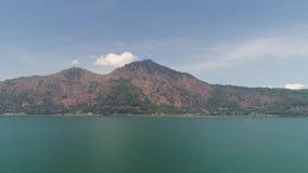 Lago y cielo del paisaje de la montaña almacen de metraje de vídeo