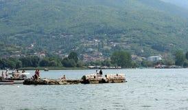 Lago y ciudad, Macedonia Ohrid Fotografía de archivo libre de regalías
