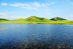 Lago y colina Fotografía de archivo