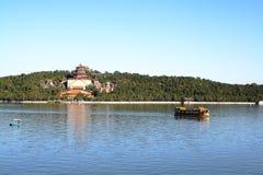 Lago y colina en palacio de verano Imagen de archivo libre de regalías
