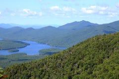Lago y colinas Imagenes de archivo