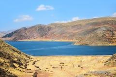 Lago y colinas en Perú Fotos de archivo