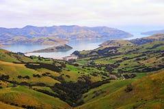Lago y colinas harbor de Akaroa en Nueva Zelandia Fotografía de archivo libre de regalías
