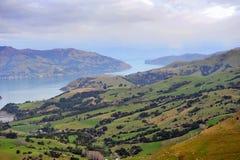 Lago y colinas harbor de Akaroa en Nueva Zelandia Imágenes de archivo libres de regalías