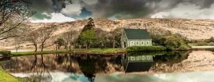 Lago y el río Lee Gouganebarra fuera de la capilla del oratorio del ` s de Finbarr del santo en el corcho del condado, Irlanda foto de archivo
