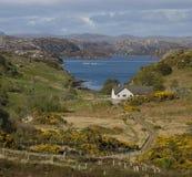 Lago y granja escoceses de los salmones Fotos de archivo libres de regalías