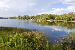 Lago y hogares pintorescos Fotografía de archivo libre de regalías