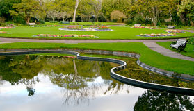 Lago y jardín hermosos Fotos de archivo libres de regalías