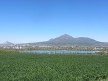 lago y la montaña Beshtau Foto de archivo