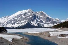 Lago y montaña alpestres Fotografía de archivo