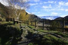 Lago y montaña en el valle de Tena, Pyrenees Foto de archivo