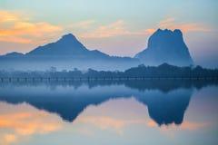 Lago y montaña hermosos Fotografía de archivo