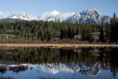 Lago y montaña pyramid. Fotos de archivo libres de regalías