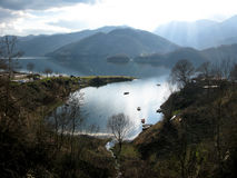 Lago y montaña y poco pueblo, paisaje hermoso Foto de archivo